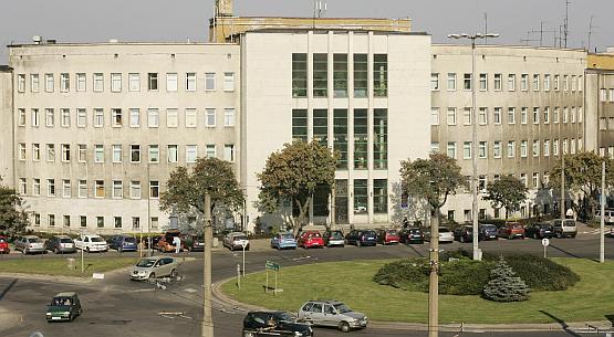 Budynek Sądu Rejonowego w Gdyni od lat straszy turystów, od elewacji odpada nawet tynk.