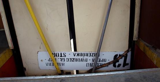 """Niesprawne drzwi? Oto typowy sposób ZKM na ich """"naprawę""""."""