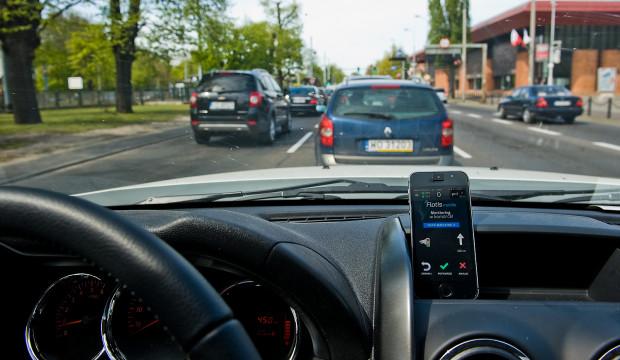 Zdjęcie wykonane przed skrzyżowaniem przy Operze Bałtyckiej. Aplikacje dla kierowców sugerują, że jest tam fotoradar. W rzeczywistości - jeszcze go nie ma.