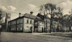 Przy skrzyżowaniu ulic widoczny dawny Dwór Uphagenów. Po lewej stronie kościół Niepokalanego Poczęcia Najświętszej Marii Panny.