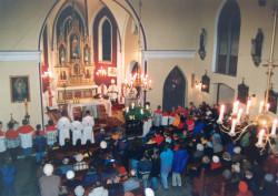 Wnętrze kościoła w latach 90. ubiegłego wieku.