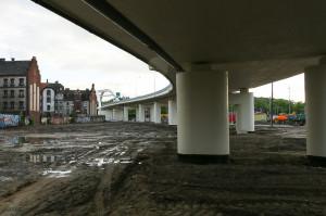 Przestrzeń pod estakadą ma być trawnikiem, który zapewne stanie się dzikim parkingiem.
