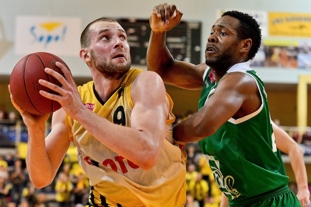 Paweł Leończyk imponował postawą w czwartkowym starciu. Jeśli dołączą do niego pozostali gracze z wyjściowej piątki Trefla, wówczas żółto-czarni mogą w sobotę wywieźć z Zielonej Góry zwycięstwo.