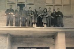 Pamiątkowe zdjęcie uczniów wykonane prawdopodobnie w 1945 lub 1946 roku.