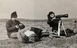 Członkowie szkolnego koła ornitologicznego w oczekiwaniu na ptaki.