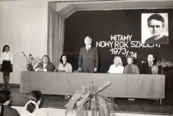 Uroczystość w szkolnej auli w latach 70. ub. wieku.
