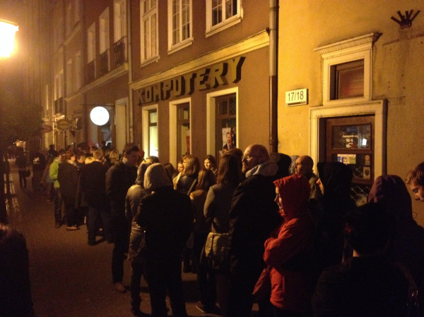 Tłumy przed Galerią Starych Zabawek.