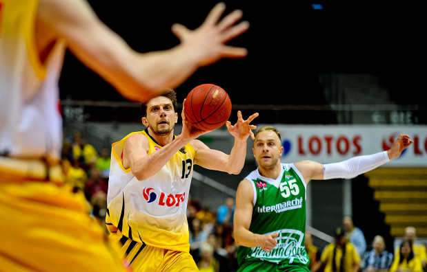 Łukasz Koszarek nic nie robił sobie we wtorek z obrony Trefla i poprowadził swój zespół do zwycięstwa. Po drugiej stronie parkietu starał się dorównać mu Milan Majstorović, ale nie był w stanie utrzymać równego poziomu przez całe starcie.