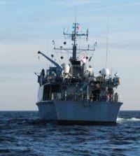 Niszczyciel min HMS Walney oraz grupa płetwonurków-minerów podczas przygotowania do zniszczenia miny morskiej 24 lutego 2010 roku.