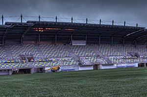 FIFA dopuściła sztuczną murawę na stadionie w Gdyni do rozgrywek piłkarskich. Teraz kolej na identyczne decyzje PZPN i Ekstraklasy SA.