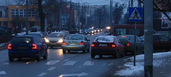 Dobudowanie dodatkowych pasów dla czekających na przejazd przez tory kolejowe ma rozładować korki, tworzące się na ul. Chylońskiej w okolicach skrzyżowania z ul. Północną.