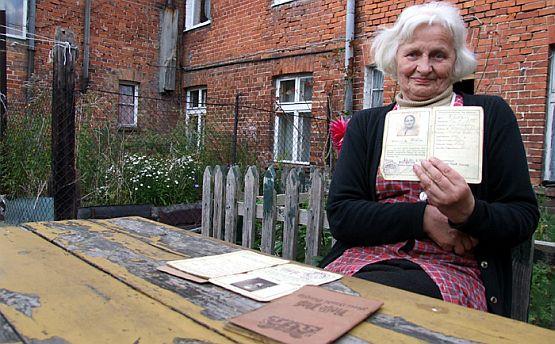 Gertruda Wedra z paszportem swojej mamy z czasów Wolnego Miasta Gdańska. Jeszcze w swoim ogródku w domu przy ul. Partyzantów 110.