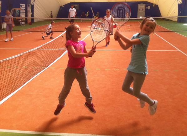 Zajęcia w szkołach tenisowych to jedna z propozycji półkolonii wakacyjnych.