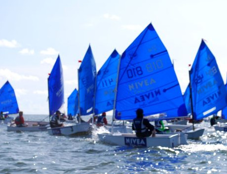 Miłośnicy sportów wodnych mogą uczestniczyć w obozach żeglarskich dla dzieci.