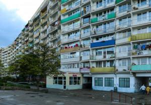 Mieszkanie na I piętrze nad przejściem to jedno z najgorszych miejsc w falowcu, zdaniem Agnieszki Wawrzyniak, która mieszkała w budynku przy ul. Obrońców Wybrzeża (nz.).