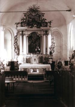 Ołtarz główny z barokowym obrazem patrona.