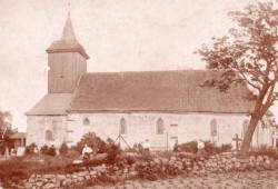 Kościół św. Michała Archanioła ma fundamenty z kamienia, mury z cegły i drewnianą wieżę z hełmem.