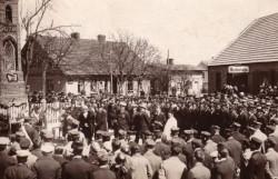 W białej szacie stoi ks. Klemens Przewoski, autor  Okupacyjnych wspomnień proboszcza z Oksywia .