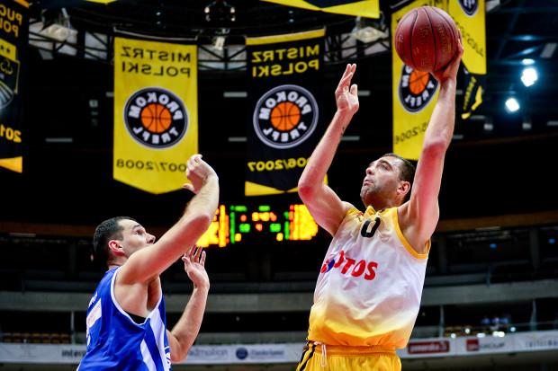 Marcin Stefański (z piłką) był w czwartek najaktywniejszym koszykarzem Trefla. Przed radością ze zwycięstwa powstrzymał go jednak Robert Witka.