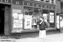 Przed wyborami całe Trójmiasto było oblepione plakatami wyborczymi, pojawiały się nawet w witrynach sklepów Pewex, jak we Wrzeszczu.