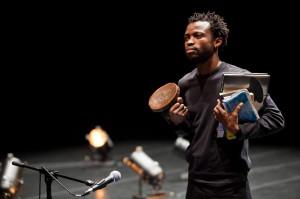 """Naznaczoną cierpieniem i opresją historię Konga przedstawi pochodzący z tego kraju Faustin Linyekula w spektaklu """"Cargo"""", które zaprezentowany zostanie w środę 11 czerwca."""