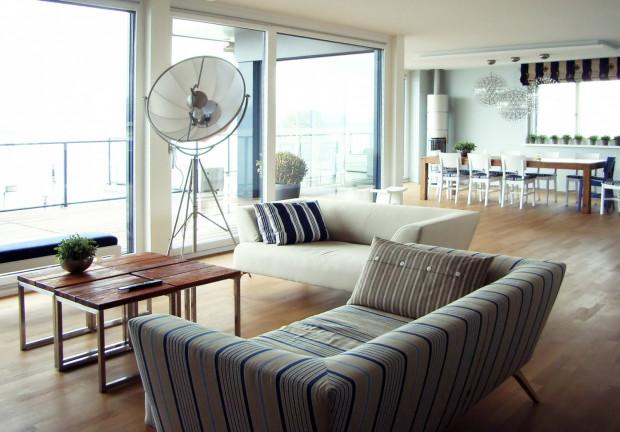 Apartament w Zurychu - ciekawy przykład aranżacji inspirowanej marynistycznym klimatem (projekt Home England & Architects).