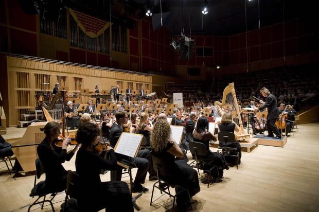 Piątkowym Promsem zakończył się sezon artystyczny w Filharmonii Bałtyckiej. W pierwszej części wystąpiła Orkiestra PFB pod dyr. Ernsta van Tiela.