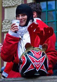 Na Długim Targu zmarznięci Mikołaje rozgrzewali się podawaną przez pracowników Trojmiasto.pl herbatą.