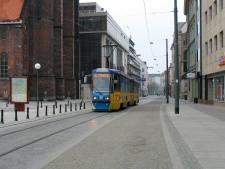 Tramwaj w jezdni nie musi degradować przestrzeni miejskiej. We Wrocławiu doskonale udało się połączyć ciąg pieszo-spacerowy z trasą tramwajową.
