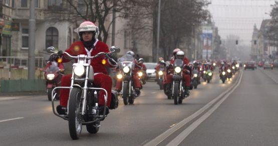 Mikołaje i Śnieżynki wyruszyli z Gdyni i przejechali całe Trójmiasto (na zdjęciu ich kawalkada w Sopocie)...