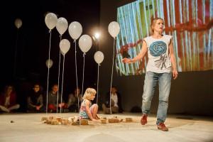 """Aurora Lubos w swoim przedstawieniu """"Nie wolno"""" z pogranicza teatru i performance na temat nieludzkiego wyzysku małych dzieci w krajach trzeciego świata wystąpiła razem z kilkuletnią córeczką."""