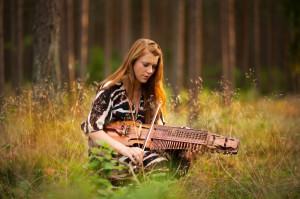 Emilia Amper śpiewa i gra na tradycyjnej szwedzkiej harfie klawiszowej.