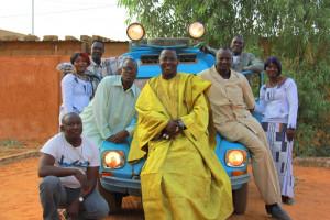 Mamar Kassey gra wesołą afrykańską muzykę.