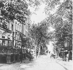 Ulica św. Ducha, zdjęcie z lat 1900-1910. Obecnie istnieje zabudowa po lewej stronie, po prawej pozostała jedynie linia dawnych przedproży, za którymi do wtorku w większości były drzewa i skwer.