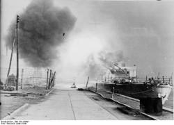 """Lekki krążownik """"Leipzig"""" ostrzeliwuje wojska rosyjskie nacierające na Gdynię. Marzec 1945."""