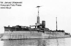 """Zatopiony podczas II wojny światowej okręt """"ZÄHRINGEN"""" w porcie w Gdyni w 1945 r."""