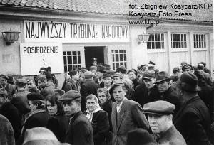 Przed siedzibą Najwyższego Trybunału Narodowego gromadziły się tłumy mieszkańców Gdańska, którzy chcieli wiedzieć, jaki los spotka znienawidzonego oprawcę Polaków.