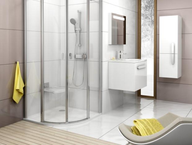 W łazience dla seniora przydadzą się miejsca do siedzenia - choćby na chwilę odpoczynku po prysznicu.