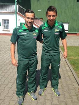 Maciej Makuszewski i Ariel Borysiuk prezentują wyjściowe dresy Lechii.