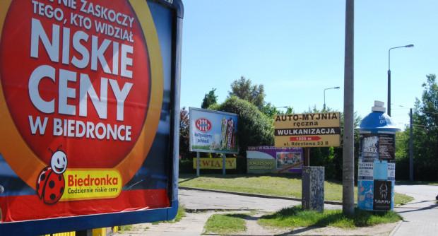 Na Dąbrowie w ostatnim czasie zaroiło się od reklam. Radni dzielnicy chcą uporządkować zasady ich umieszczania.