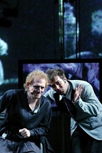 """""""Hamlet"""" The Wooster Group rozgrywa się na dwóch planach - na żywo oraz równolegle w formie rejestracji spektaklu sprzed 45 lat."""