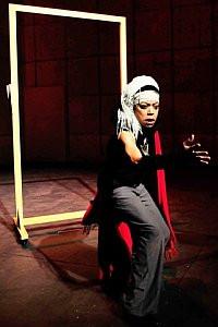 """Miriam Goldschidt w monodramie """"Warum, Warum"""" Petera Brooka musi zmierzyć się z tekstami wielu słynnych twórców teatru."""