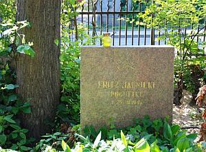 Na grobie Fritza Jaenickiego upamiętniono także jego najsłynniejsze wcielenie - Frantza Poguttke.