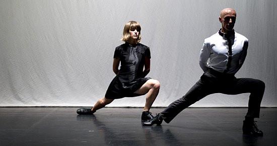 """""""Delia"""" Jacka Krawczyka i Anny Steller to chłodna, niezwykle precyzyjna i przemyślana wypowiedź taneczna, o jaką na scenie teatru tańca coraz trudniej."""