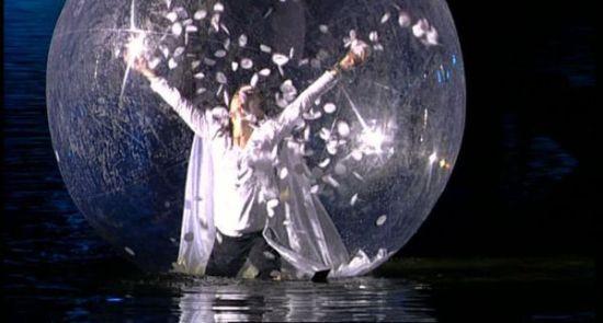 """Postacie kroczące po wodzie w przezroczystych kulach w """"OndeOceane"""" niemiecko-francuskiej formacji Spheric E-motion stanowić będą jeden z najbardziej nietypowych obrazów XIII Fety."""