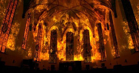 """Tak """"płonął"""" kościół św. Katarzyny we Frankfurcie. Czy projekt """"City on fire"""" będzie się prezentował równie okazale w gdańskim kościele św. Trójcy?"""