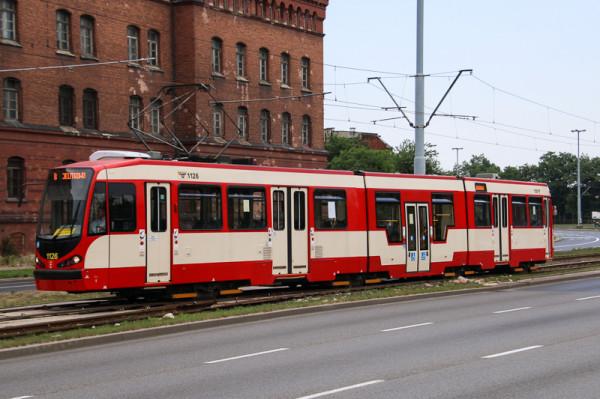 """W rejon Akademii Muzycznej dojeżdżają tramwaje dwukierunkowe, które """"zawracają"""" dzięki tymczasowemu rozjazdowi między torami. Dalej podróż na Przeróbkę i Stogi możliwa jest tylko autobusem."""