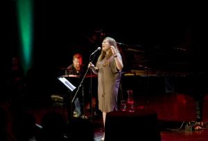 Monika Borzym mimo młodego wieku wypracowała swój własny, unikatowy styl. Podczas sobotniego koncertu w Teatrze Muzycznym zachwyciła słuchaczy własnymi, lirycznymi balladami oraz wprawiła w osłupienie autorskimi interpretacjami utworów Radiohead, Bjork czy Britney Spears.