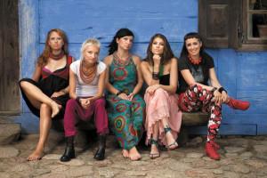 W Samych Sukach występują tylko kobiety. I grają na sukach biłgorajskich, zapomnianych polskich instrumentach ludowych.