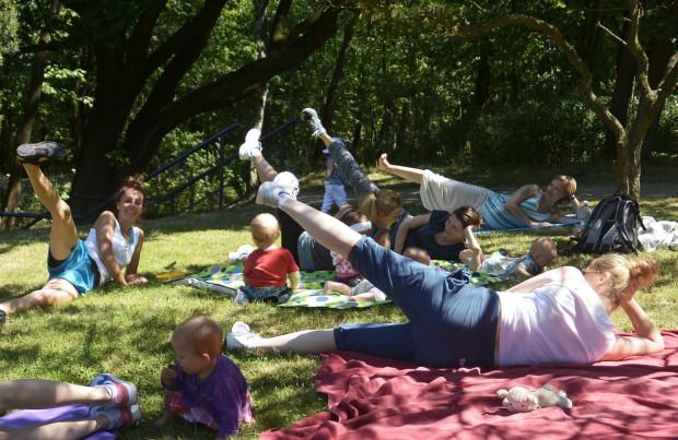 Aerobic na świeżym powietrzu, na terenie parku w Brzeźnie, odbywa się w każdy poniedziałek.
